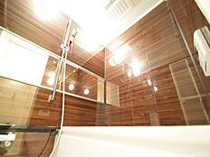 毎日の疲れを癒す浴室は、ハイグレードタイプを採用。柔らかな曲線で構成された半身浴も楽しめるバスタブが心地よさをもたらします。