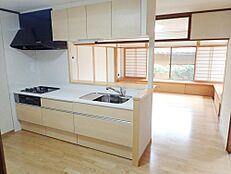 リフォーム中キッチンは永大製のシステムキッチンに新品交換しました。使い勝手の良い対面キッチンです。