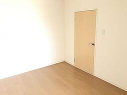 温かみのある落ち着いた色の居室です。