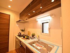 マンションではあまり見かけないキッチンの小窓から入る採光で明るくなります。薄型のレンジフードはお手入れ簡単で、奥様には嬉しい設備です