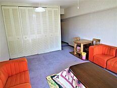 こちらの洋室には、大容量のクローゼットが備えられております。収納が多く使いやすいお部屋です。