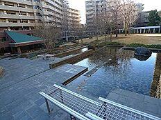 敷地内に公園があり、ガラス張りのラウンジからは約5000m2のパティオを望めます。都心へのアクセスと買い物施設に恵まれていながら、落ち着いた住環境も併せ持つ、贅沢な物件です。