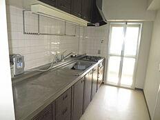 キッチンのスペースもゆったりと造られており、バルコニーへも直接出られる様になっています。