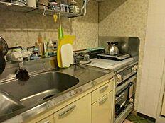 こちらがキッチン廻りです。綺麗に使われていますがガスコンロやオーブンは交換が必要です。