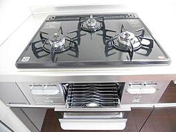 リフォーム済み。新品交換したシステムキッチンのガスコンロは3口ありますので、家事の効率が上がりますね。魚焼きグリルもありますので、色々な料理に挑戦してみて下さい。