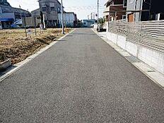 前面道路は幅員約6mと広く車庫入れも簡単