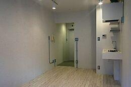 全体的に白いイメージのリべのーション空間。コンクリート打ち放しの上、白ペンキ塗装を主な基調としています。