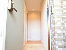 玄関を開けると暖色系の色調がお出迎え。安心感に包まれます。