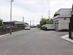 道路幅も広く駐車も安心してできます。また住宅街の中にあるので静かな環境です。
