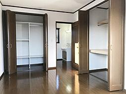 「洋室:2階西側(2)」用途の違うクローゼットもあり、収納スペースは十分です。