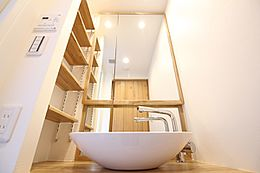 ログマンション仕様は洗面ボールを使うことによってすっきりしたデザインで重厚感・高級感を演出しております。