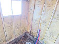 タイルで寒く使いづらい形の浴室は解体し、壁には断熱材をしっかり入れ、ハウステック製 1坪タイプ新品ユニットバスに交換します。追い焚き機能付にするので、家族の入浴時間が違っても安心ですね。