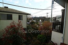 低層住居が建ち並ぶエリアですので、開放的な眺望が広がります。