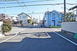 前面道路は、解放感のある9mの幅のある道路です。