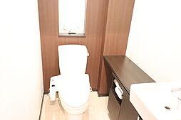 とても広い1階のトイレです。収納もたくさんありますしおしゃれな造りになってます。