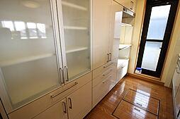 キッチンには食器をたっぷり収納できるカップボード付。キッチンとの統一感もありますね。
