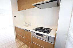 キッチンは3口コンロ、作業スペースが広く料理が捗ります