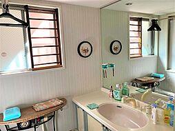 大きな窓から光が差し込む洗面化粧室。お子様の着替えも窮屈しない広々空間。