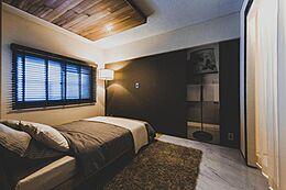 妻がこだわったのは、2ベッドルーム。 主寝室は南の島のコンドミニアムをイメージしたものだ。