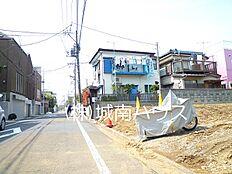 前面道路含む現地外観:平成30年3月27日撮影