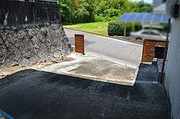 宅壁と前面道路に高低差あるため現況駐車スペースに勾配あり