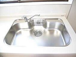同仕様写真新品交換予定のキッチンのシンクはサビにくく熱に強いステンレス製です。水はねの音を抑える静音設計で、従来よりもさらに水音が静かになっています。