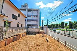 道路を挟んで対面には現在建物が建っておりませんので、眺望も抜けがございます。