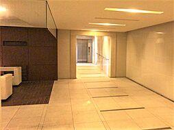 タイル貼りの床壁で高級感のあるロビーです。
