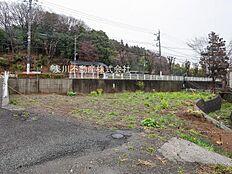 南大沢駅までバスで10分、バス停まで徒歩2分の立地です。建築条件はございませんので、理想の工務店で夢のマイホームを