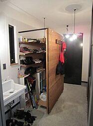 玄関の内側には靴は勿論、ゴルフバックなども安心して収納できるスペースがあります。