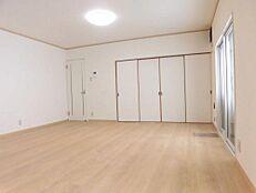 リフォーム済LDK20帖のリビング部分です。床はフローリング重ね張り、壁・天井クロス張変えました。台所との間の引き戸を取り払い広々としたLDKを造りました。