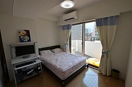玄関横の寝室です。明るい陽射しが入ります。現在のオーナー様はリゾート利用となっています。