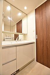 カウンター一体型スクエアボウル、三面鏡裏収納、リネン庫等、収納上手なパウダールームです
