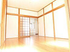 リフォーム後写真南側の和室は洋室へ間取り変更いたしました。壁天井のクロスを張り替え、照明も新品に交換いたしました。
