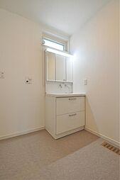 清潔感のある洗面化粧台です。脱衣スペースも洗濯機を置いても十分なスペースです。