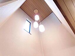 リフォーム前写真玄関の吹抜け天井です。照明の新品交換を行います。