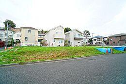 小田急線成城学園前徒歩約11分、都心への交通アクセスがよく便利です。
