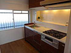 窓のある明るいキッチン
