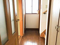 廊下にも明るさを確保できる窓が付いています