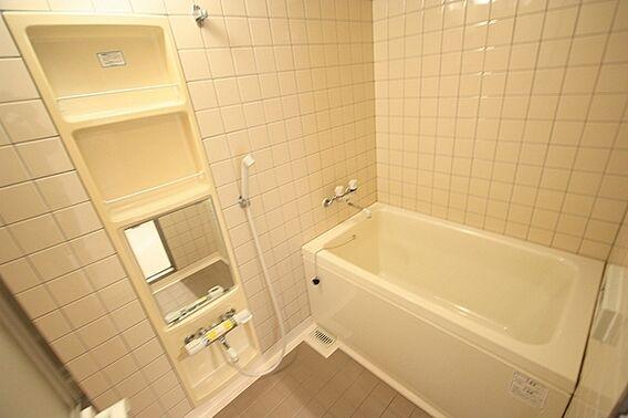 収納豊富な浴室