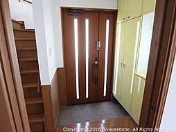 [室内撮影] 玄関ドアは木目調、玄関ホールは明るい雰囲気の仕上がりです。