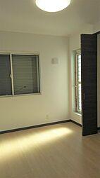 東側世帯の6帖の洋室です。白を基調としたデザインの洋室です。現地(2018年4月)撮影
