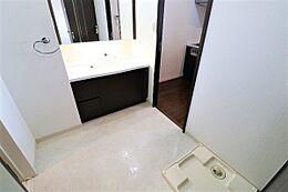 浴室・キッチンと繋がっていて短い導線で行き来できます。洗濯機を置いても広めのスペースがとれますよ。