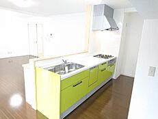 リフォーム済写真キッチンスペースは新設したLDKに移動しました。家族の顔を見ながら家事をすることのできる対面キッチンで、新品のシステムキッチンを設置しました。家事が楽しみに変わりそうですね。