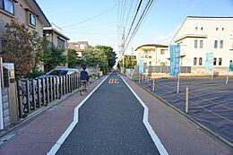 真っ直ぐな道(前面道路)です。100m走ができそうな綺麗な道です。