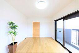 洋室リフォーム完了後の北側洋室です。クロスを貼り替え、床材を上貼りしました。三面角部屋の為、北側にベランダもございます。
