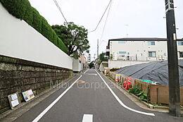 道路幅員もあり、お車もストレスなく運転できます。(東側約5.4m公道)