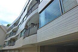 観光のメッカ「熱海梅園」の近くに建つマンション