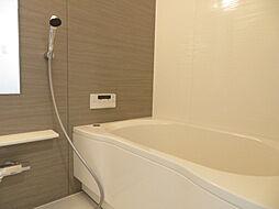 アクセントパネルがお洒落な浴室です。一日の疲れもゆったり癒されそうですね。