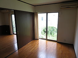 1階 洋室。1階の6帖の洋室です。2面採光を確保した明るい洋室です。ゆったりとした幅の窓からの採光良好な空間なら快適にその移ろいを感じることができますね。